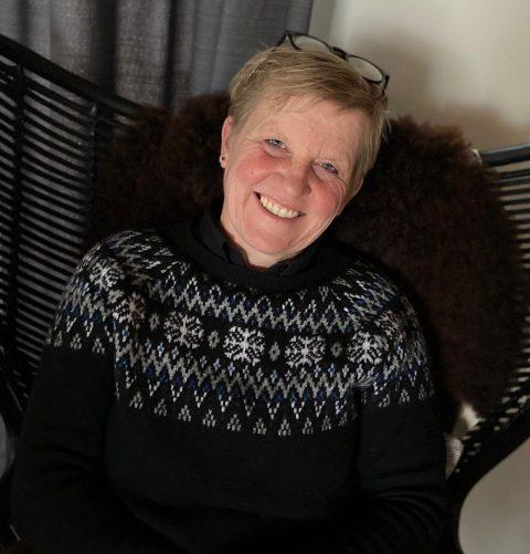 Margriet in stoel winterplaatjenvierkant - Tijd voor ontwikkeling - Groepsactiviteiten, workshops, teambuilding en trainingen Drenthe